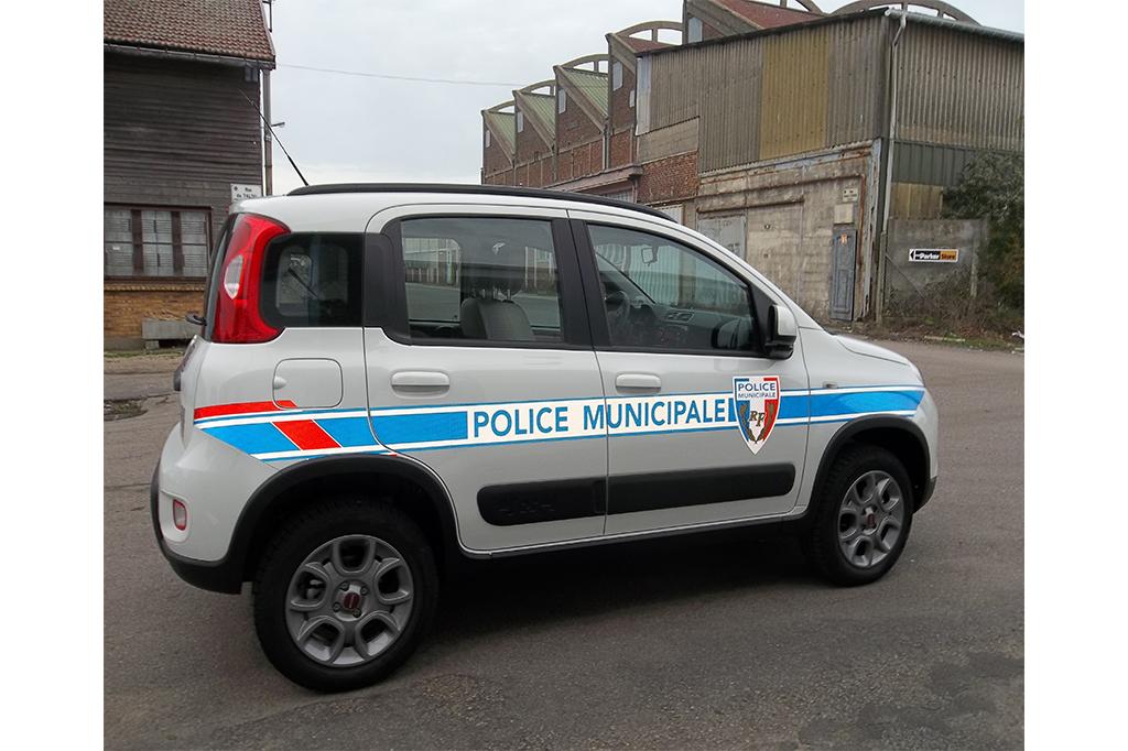 VEHICULE AVEC BALISAGE POLICE MUNICIPALE