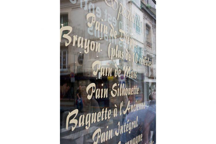 déco vitrine lettres découpées teintées masse