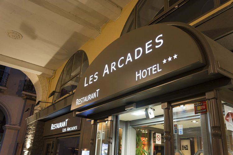 HOTEL LES ARCADES DECOUPE LETTRAGE DANS TOLE ET PLEXI