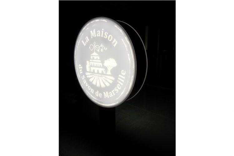 enseigne-drapeau-lumineuse-ronde-savon-de-marseille